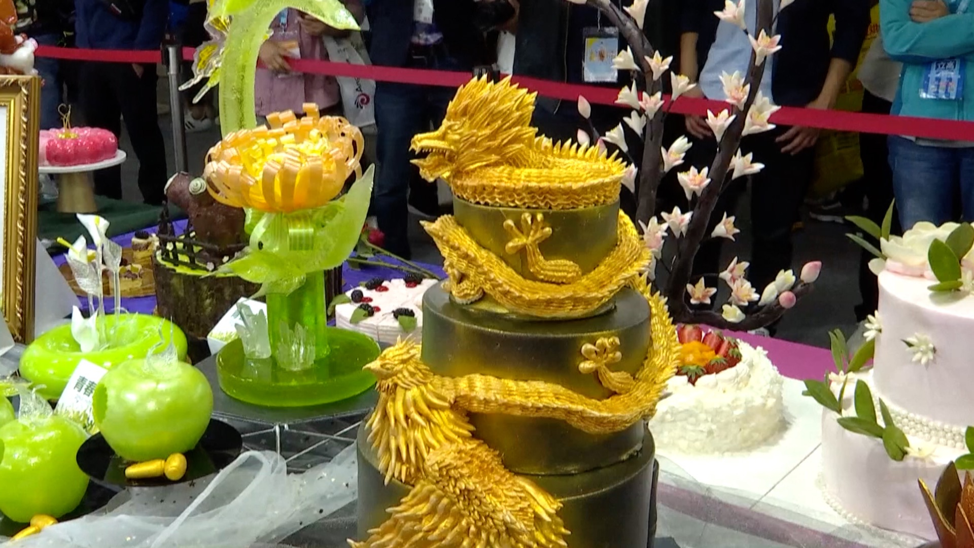 Chinese pastry cooks show off skills at Shanghai competition